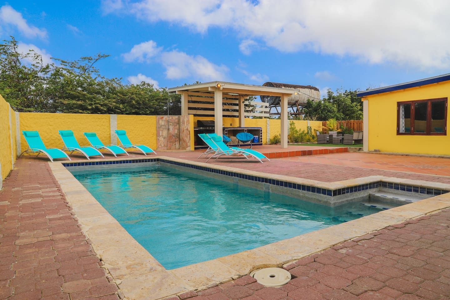 Large Pool/Sundeck/BBQ and Lounge Area