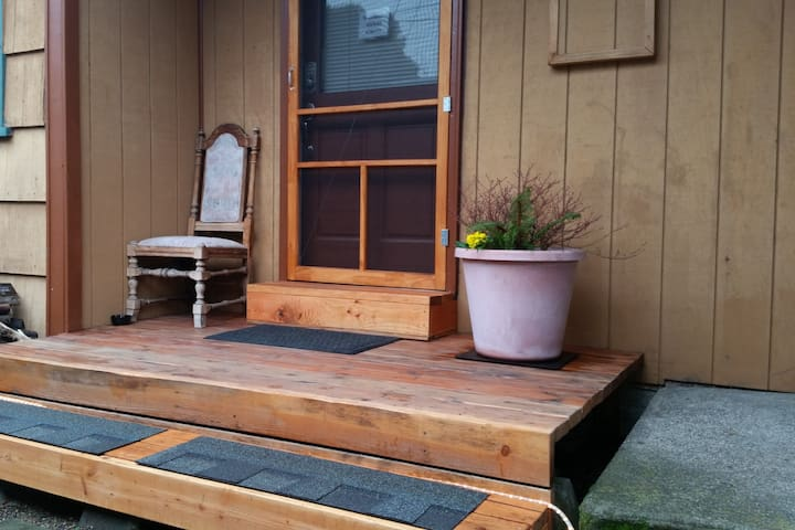 Private entrance room w/ bath 7min drive Downtown