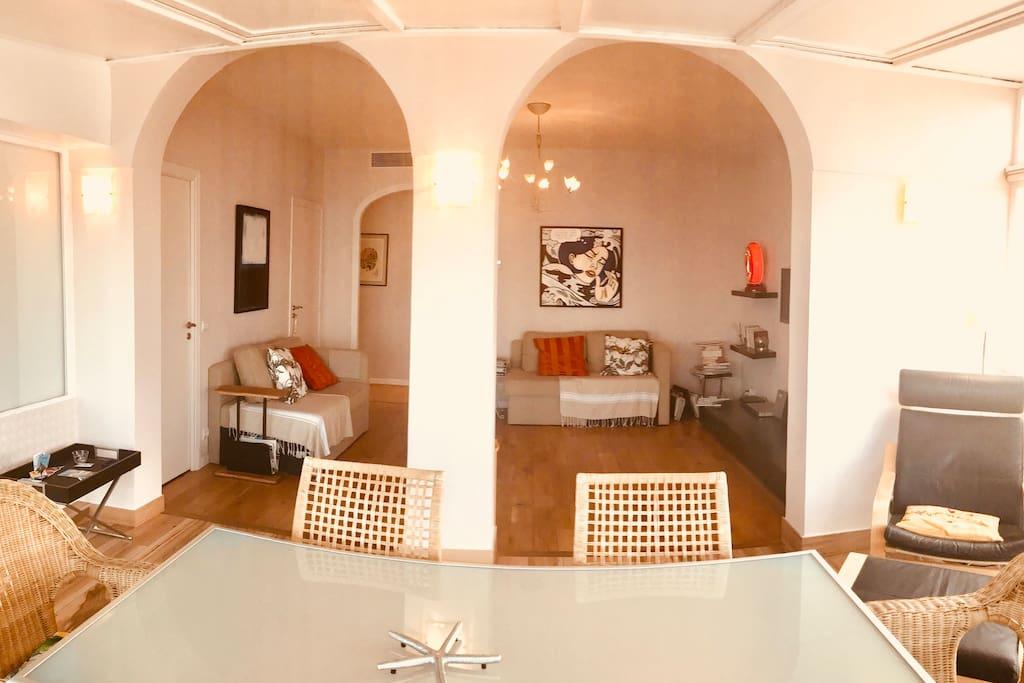 La salle à manger vue intérieure avec la salle de séjour en arrière plan