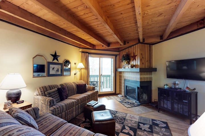 Conveniently located condo w/ shared pool, hot tub & sauna - near slopes & lake!