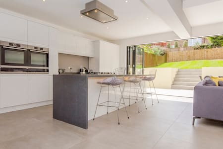 * Newly renovated private room * - London - House