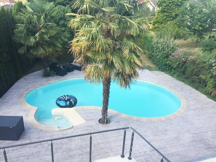 logement avec piscine entre château et hippodrome