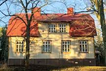 Villa Högbon fasadi puiston suuntaan.