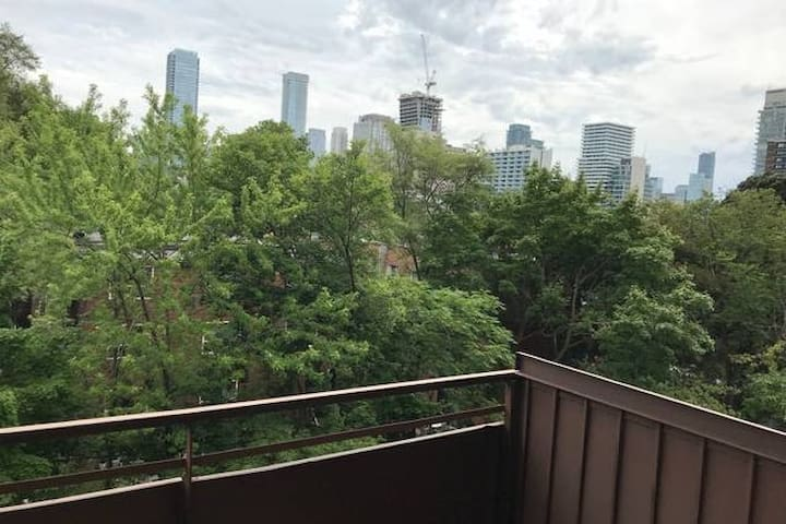 Amazing Large Studio in Downtown + Balcony view