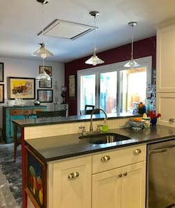 Charming Remodeled 2/2 Downtown Guesthouse