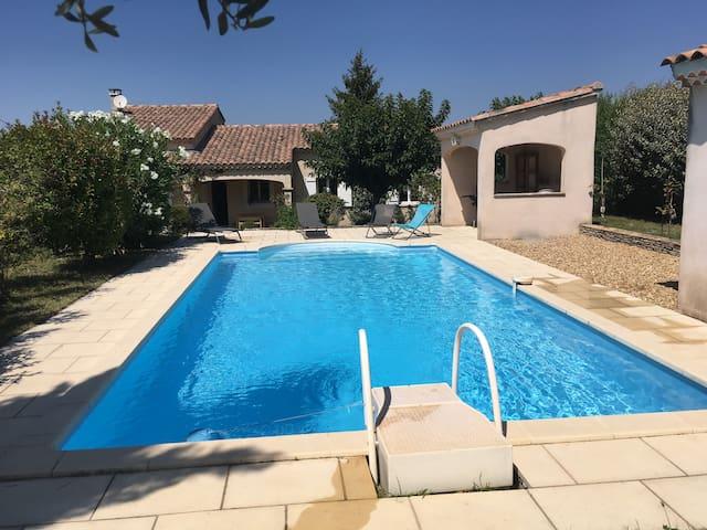 Belle villa, jardin, piscine, proche village.