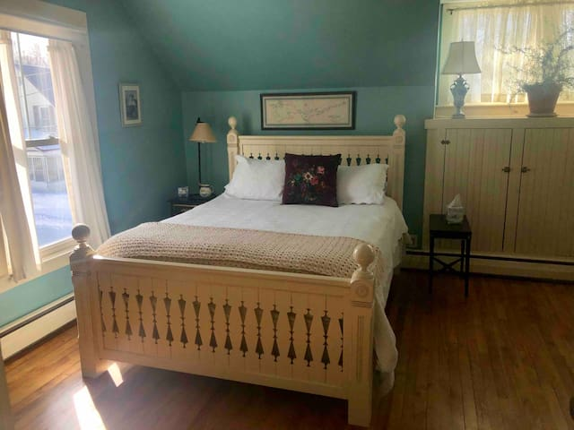 Bates Ct. Bed & No Breakfast Blue Room