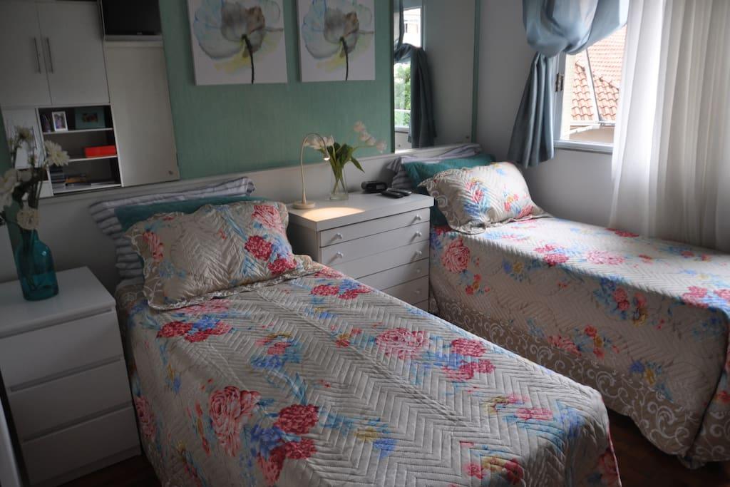 Quarto montado com duas camas de solteiro (cama de casal também disponível)