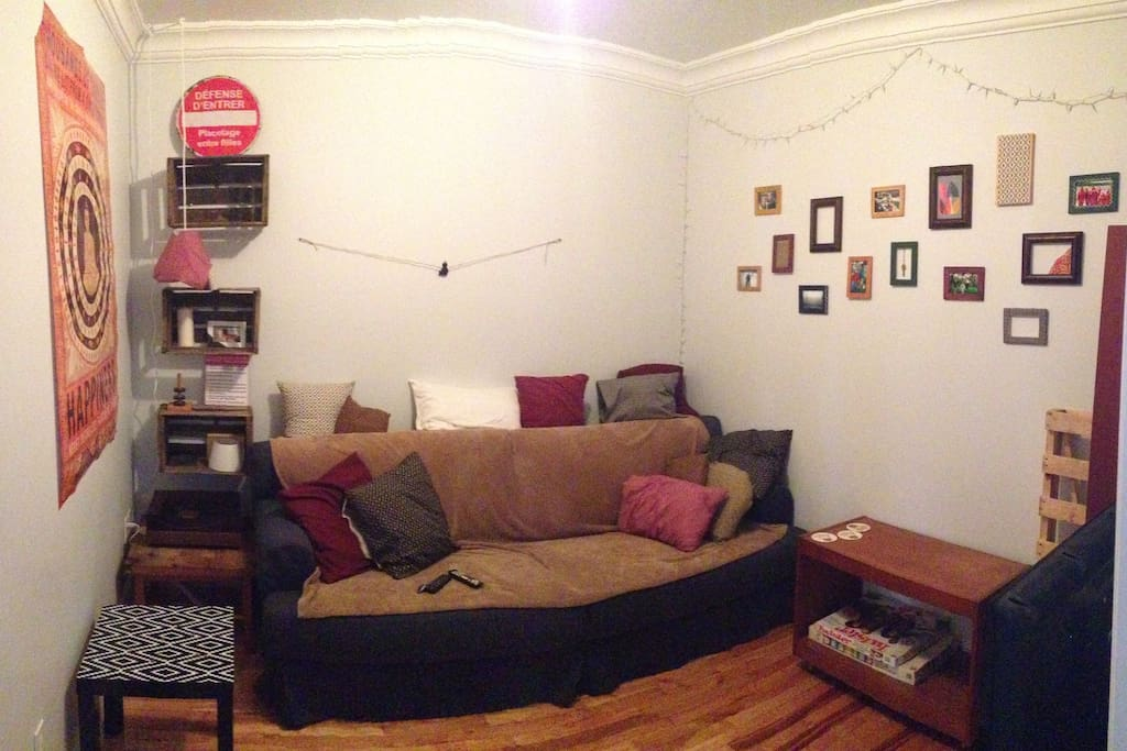 Salon presque fermé, fauteuil très confortable, télévision