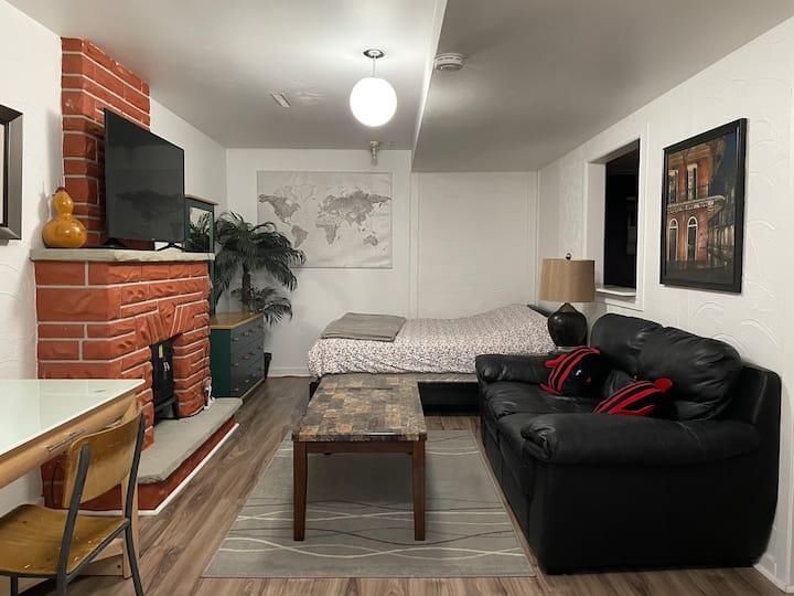 Cozy private bachelor room: St Laurent Mall Ottawa