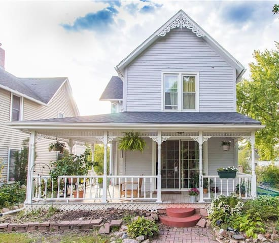 Charming Victorian Getaway, Minutes from Downtown!