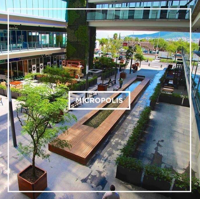Acceso a centro comercial dentro de MICROPOLIS