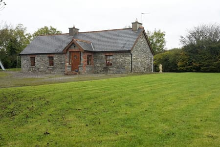 Historic & Luxourious Hazel Cottage - Ballyhahill - Casa
