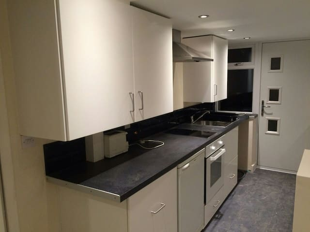 Studio flat w/parking nr station - Redditch - Huoneisto
