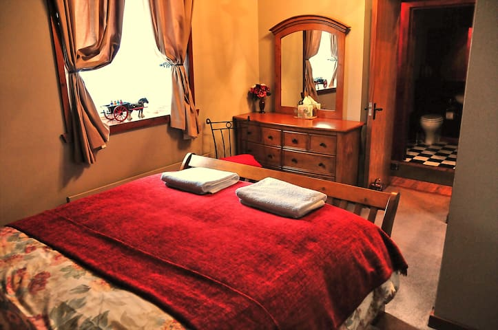 The  double bedroom with a king size bed