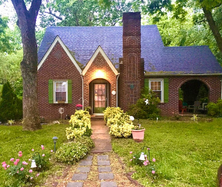 Lovely home-sleeps 8 in historic district in city.