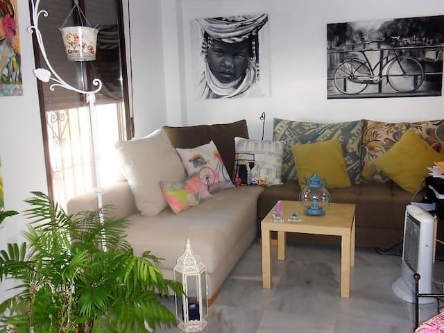 Habitación en piso céntrico con patio pintoresco. - Lepe