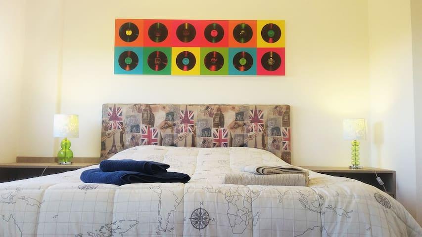 Novíssimo apartamento completo com estacionamento - Pelotas - Byt
