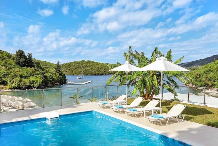 LUX 2 Bed Beachside villa w/pool, hot tub & sauna