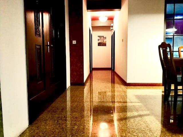 4031徐家汇区域地铁站150米内  电梯公寓 超大阳光阳台 日月光300米内 光大会展中心400米