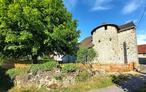 Maison chaleureuse et surprenante avec sa cheminée, son four à pain et son escalier en tour