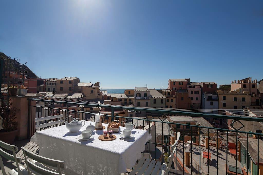 colazione in terrazza Casa Colomba cinque terre apartments Vernazza
