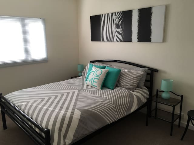 Renovated 1 bed flat, walk to CBD