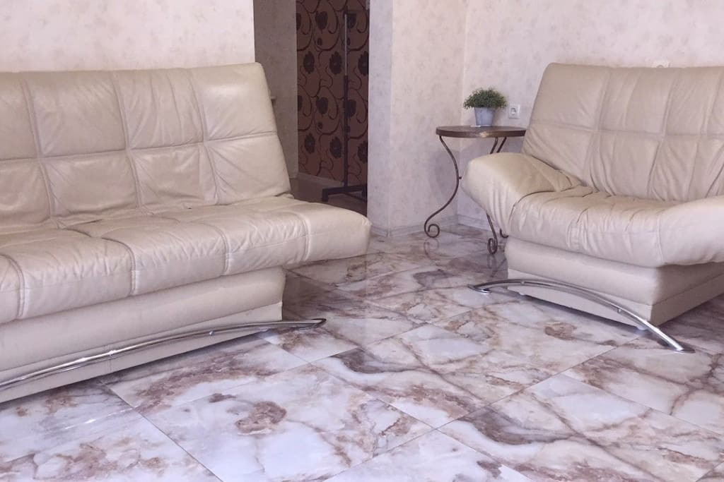 Гостиная с раскладным диваном ,плюс дополнительное кресло-кровать