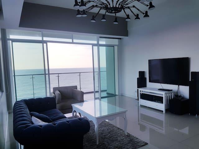 Beach-front Bay Resort Condominium 7, (6-8 PAX)