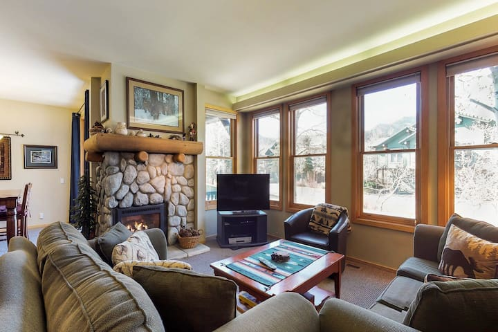 Townhome with shared hot tub , near golf course and close to skiing