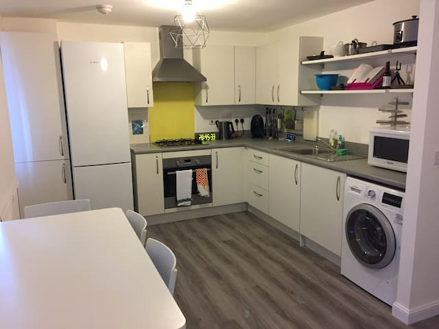 Beautiful flat with great links to town + airport