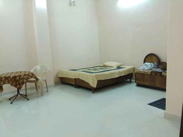 Master Room with attached bathroom - New Delhi - House