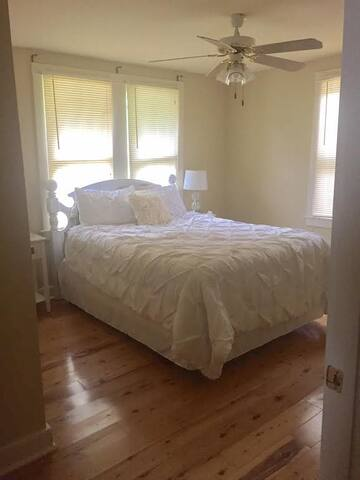 Private Bedroom/Bathroom in Mid Century Cottage - Baton Rouge