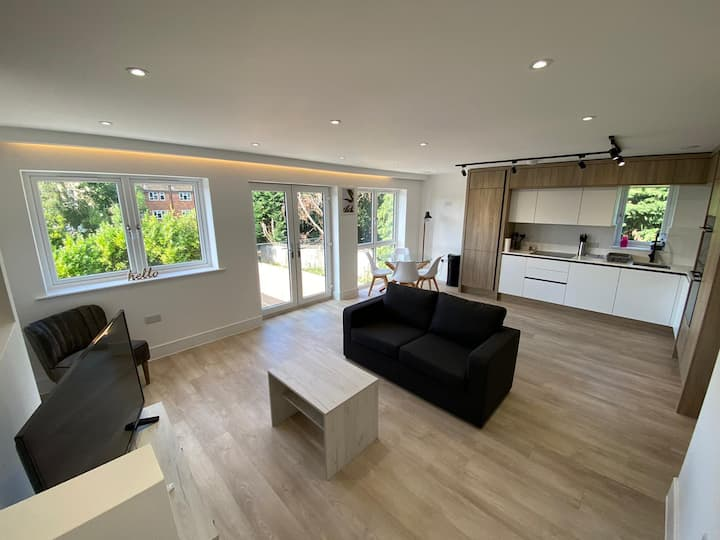 Designer 2 Bed Flat with Free Parking