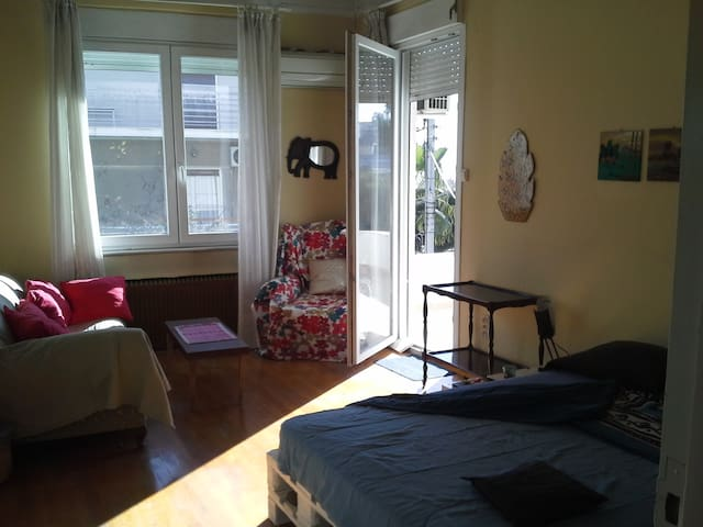 Sunny cozy clean room 25m2 & big balcony - Ilioupoli - Daire