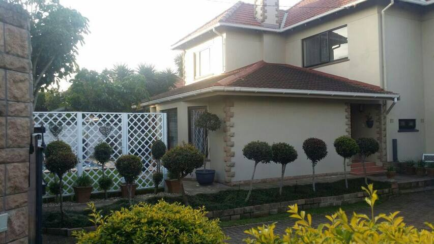 Charming Double Story House - East London - Rumah
