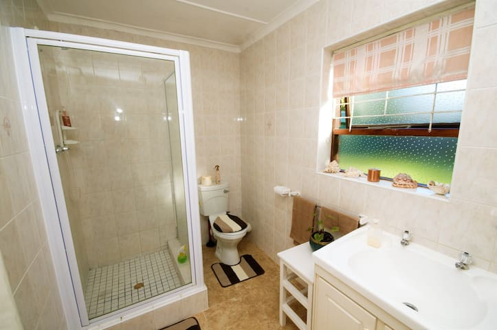 Evensong - En-suite bathroom with shower, and...