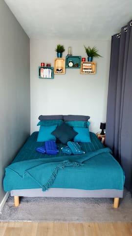 Un vrai lit double, avec linge de lit de haute qualité (Boutique la Tissandière Orléans), lampe de chevet et étagères (livres à disposition). Lumière leed multicolore à télécommande. 4X serviettes de douche fournis.