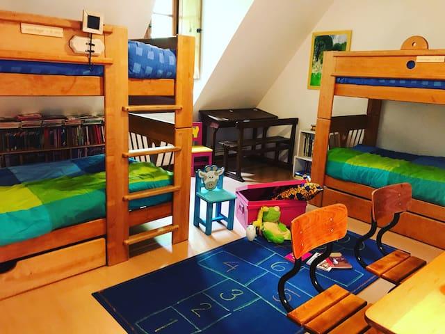 Chambre pour enfants à l'étage avec 2 lits superposés.