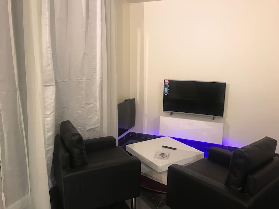 Salon TV Avec accès à internet Et box orange Netflix