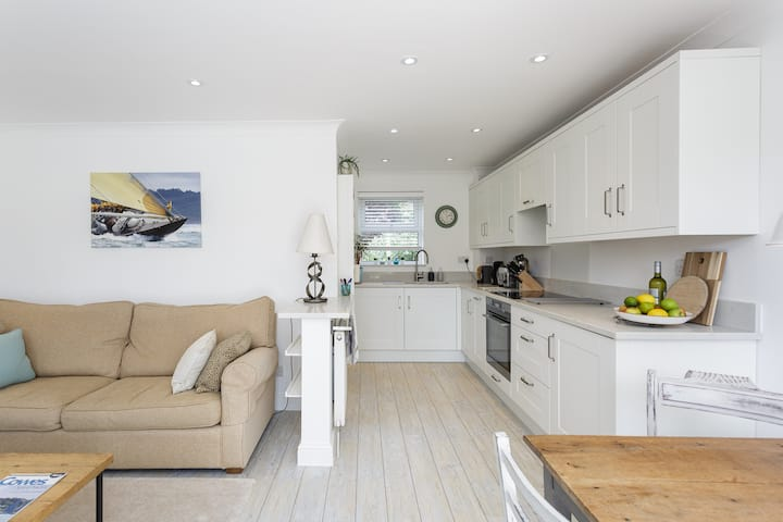 LIGHT & AIRY MODERN HOUSE IN HAMBLE LE RICE