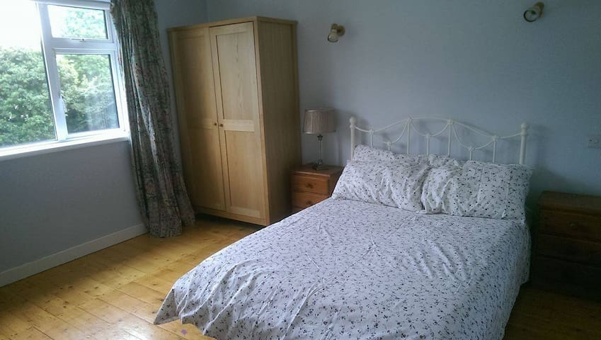 Double room with private bathroom near Luas & UCD