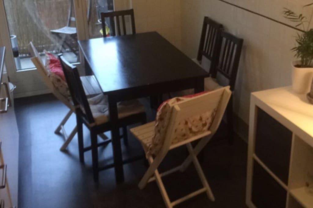 Die Küche mit einer Sitzecke