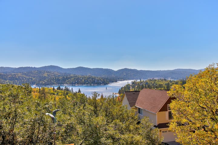 Lake view home with free WiFi, fireplace, and full kitchen!