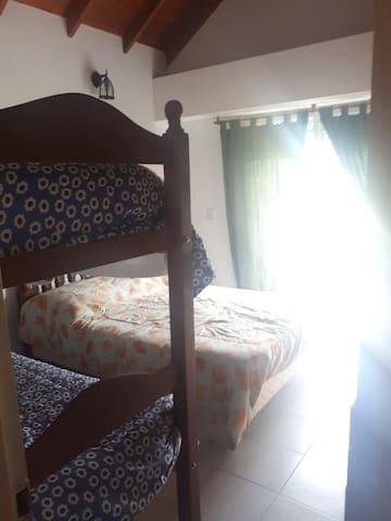 Este cuarto tiene balcón abierto. De tardecita se pone el sol. Es precioso. Cuidado con niños pequeños pues es fácilmente escalable (los chicos se inventan formas de escalar). Vista a Acapulco.