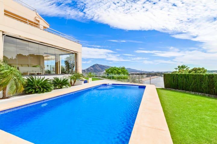 Stunning luxury villa with central location