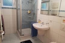Klein aber fein. Die Nutzung des Badezimmers (4,5 m²) ist ausschließlich den Airbnb-Gästen vorbehalten .