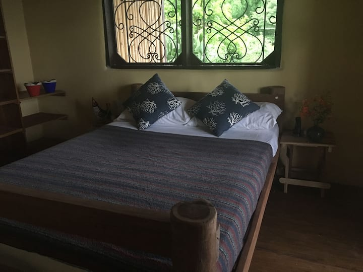 El Volcan queen room in Casa del Bosque: B&B