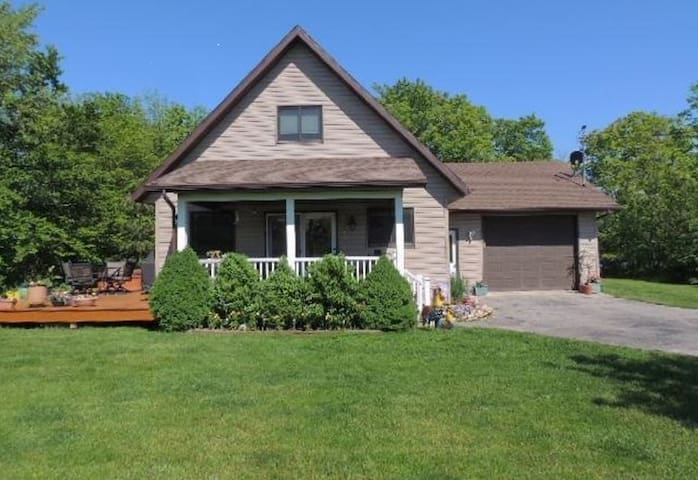 Comfy 2 bedroom, 2 bath cottage in the heart of Door County
