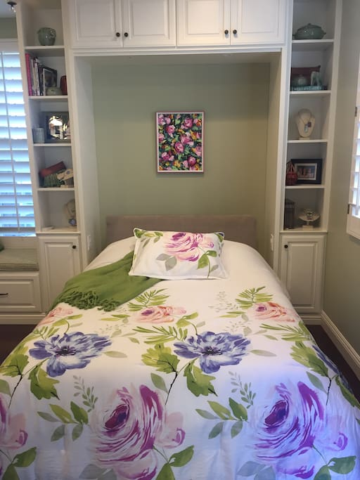 Murphy Bed w/tempurpedic mattress & outlets on both sides of the bed for phone charging.